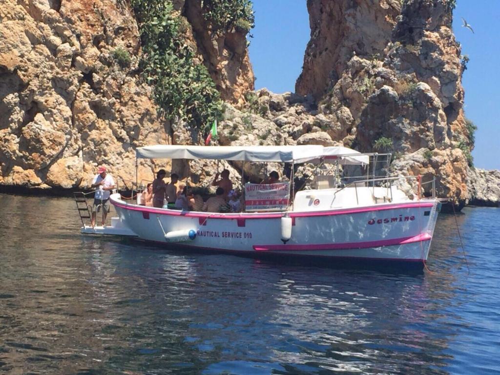 Escursione in barca con skipper a bordo di